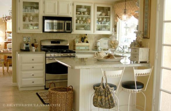 kleine Küche mit vielen Schränken, klassisches Design