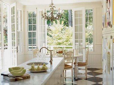 klassische weiße Küche, natürliches Licht, Komfort