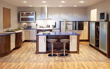 moderne Küche, mehr Platz, Kochinsel, Holzfußböden