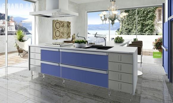 moderne und luxuriöse Küche im Zimmer mit großen Fenstern