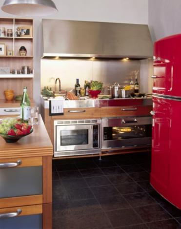 moderne Küche mit einem kleinen roten Kühlschrank