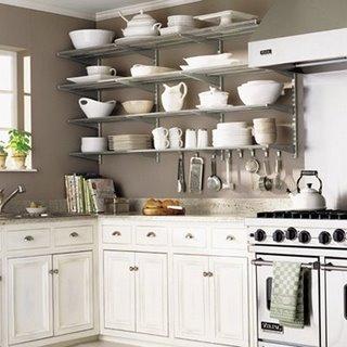 Küche mit offenen Regalen und weißem Design