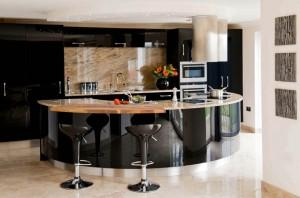 Kurve Küche mit modernem Design schwarz
