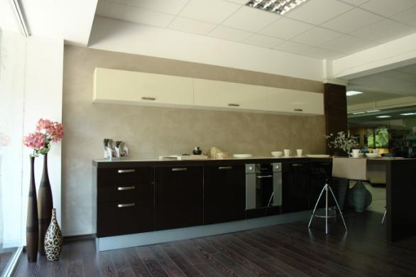 moderne und luxuriöse Küche in Schwarz und Weiß mit  Dekorationen