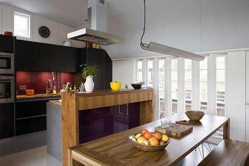Luxus-Küche mit schwarzen und lila Design
