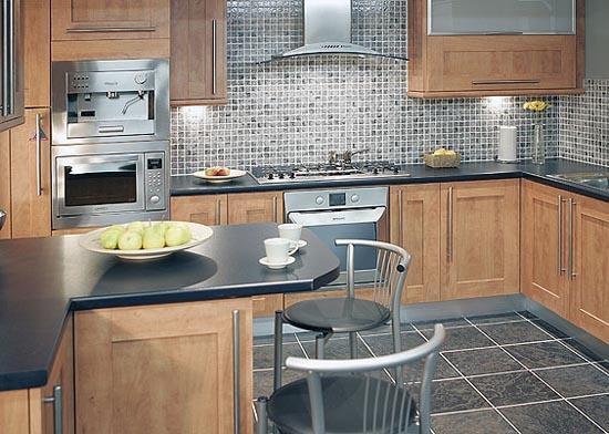moderne Küche mit bunten Fliesen verziert