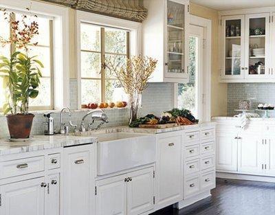 Feng-Shui-Küche klassisch weißen Design, frische Blumen